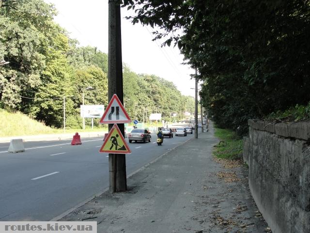 Дорожные знаки на столбах.