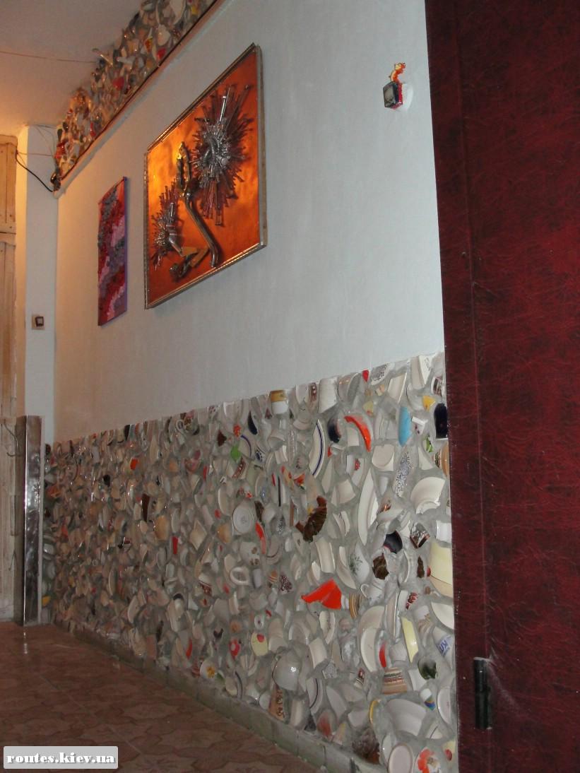 Взгляд поближе - узор составлен из обломков различных керамических изделий.