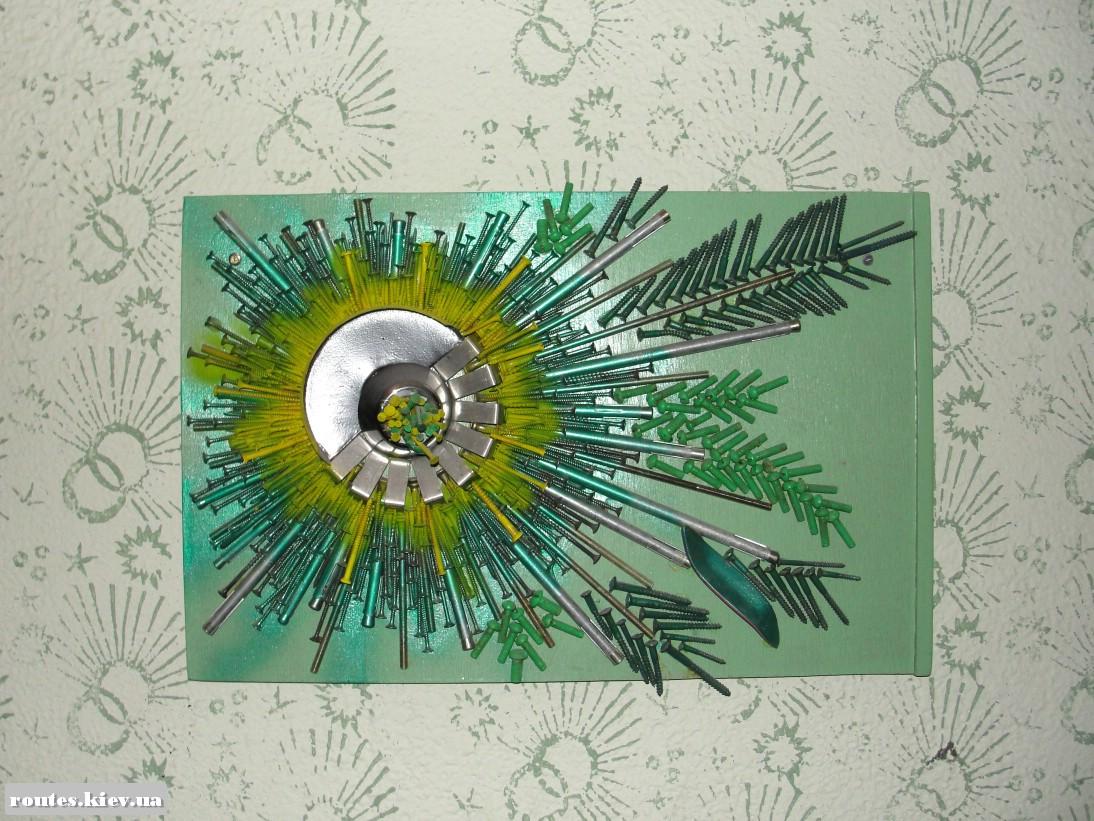 Картина, в которой обычные краски сочетаются с необычным рисунком из металлических деталей.